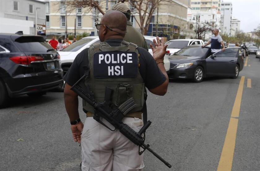 Un policía de Puerto Rico fue detenido hoy por las autoridades locales por presuntamente cometer un acto de violencia machista contra su pareja en hechos ocurridos en Orocovis, municipio en el centro de la isla. EFE/Archivo