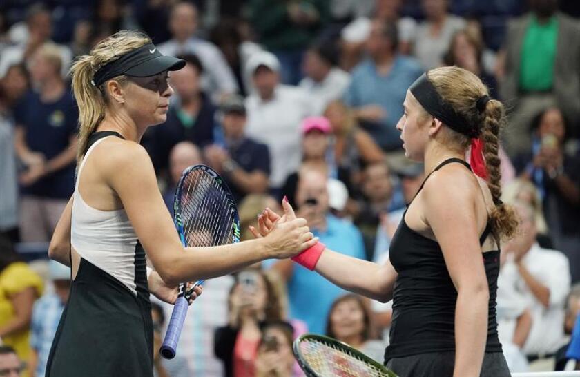 Maria Sharapova de Rusia (L) y Jelena Ostapenko (R) de Letonia dan la mano en la red después de su partido durante el sexto día del US Open Tennis Championships USTA National Tennis Center en Flushing Meadows, Nueva York, EE.UU., 01 de septiembre de 2018. EFE