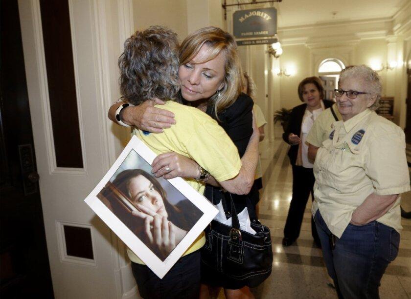 En septiembre de 2015, Debbie Ziegler abrazaba una foto de su hija Brittany Maynard, al momento de ser felicitada por Ellen Pontac. La medida de la muerte asistida en California acababa de ser aprobada.