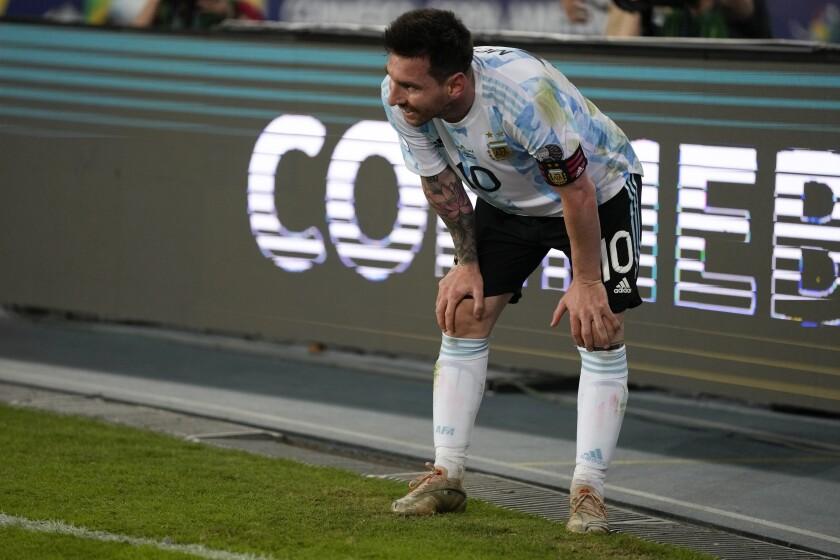 El delantero argentino Lionel Messi al final del empate 1-1 contra Chile en la Copa América, el lunes 14 de junio de 2021. (AP Foto/Ricardo Mazalán)