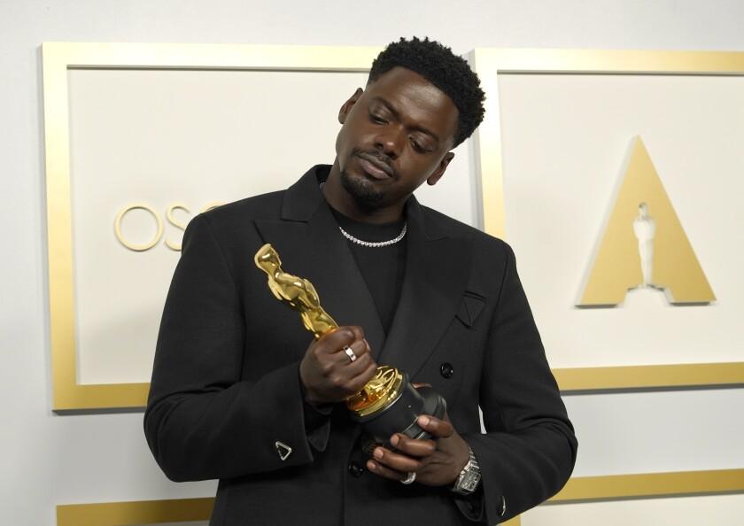 Daniel Kaluuya posa en la sala de prensa tras ganar el Oscar al mejor actor de reparto