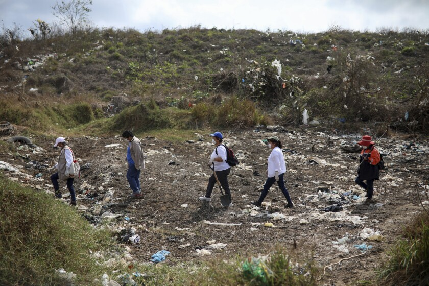 Miembros del Colectivo Solecito, que busca personas desaparecidas en México, inspecciona un sitio