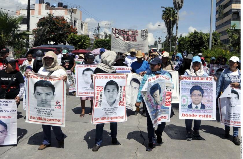 La trifulca comenzó después de la manifestación, cuando los estudiantes, acompañados por los padres de los 43 normalistas desaparecidos, terminaron el mitin frente al edificio gubernamental y lanzaron piedras, petardos y bombas molotov contra la Policía.