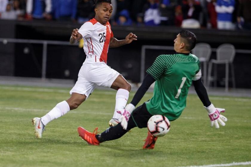 Yordy Reyna (i) de Perú disputa el balón con el arquero Henry Hernández (d) de El Salvador este martes, durante un partido amistoso entre Perú y El Salvador, en el estadio RFK Stadium en Washington (EE.UU.). EFE