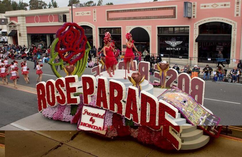 Alrededor de un centenar de carrozas y carros y grupos a caballo participaron hoy en el Desfile de las Rosas 2017, el más importante de su tipo en Estados Unidos, que este año homenajeó a las víctimas de la matanza perpetrada en junio pasado en el club gay Pulse, de Orlando (Florida). EFE
