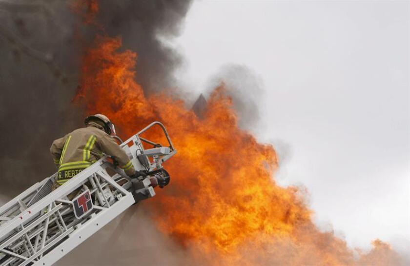 Un bombero lucha contra las llamas de un incendio. EFE/Archivo