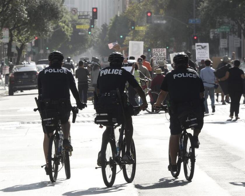 La negativa del Departamento de Justicia a una solicitud de 3,1 millones de dólares a la policía de Los Ángeles para desarrollar un programa de reducción de violencia y criminalidad es un signo preocupante, manifestó hoy el presidente de la Comisión de Policía de esta ciudad. EFE/ARCHIVO