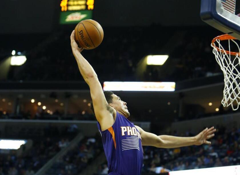 Devin Booker de Phoenix Suns intenta anotar esta semana en un juego de la NBA. EFE