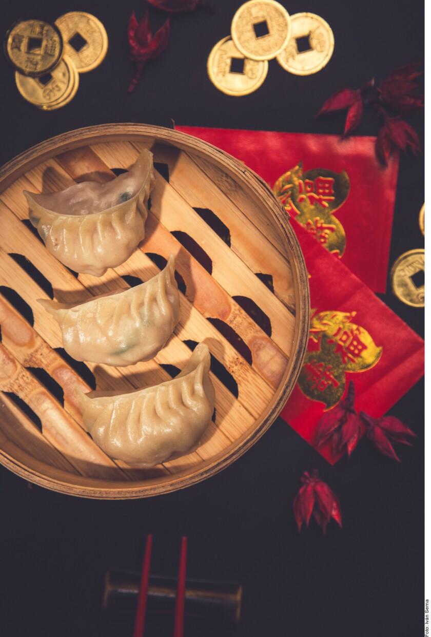 Según la tradición china, las familias se reúnen para preparar dumplings y la técnica pasa de generación en generación.