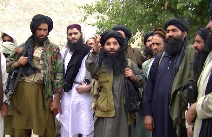 El Gobierno ofreció hoy una recompensa de cinco millones de dólares por información que lleve a la captura del paquistaní Maulana Fazlullah (c), a quien acusó de dirigir el grupo yihadista Therik-e-Taliban (TTP). EFE/EPA/MEJOR CALIDAD DISPONIBLE