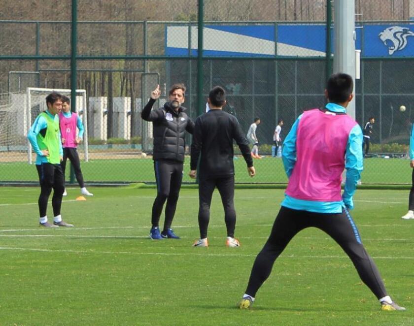 El técnico español Quique Sánchez Flores (3d) dirige un entrenamiento del Shenhua. EFE