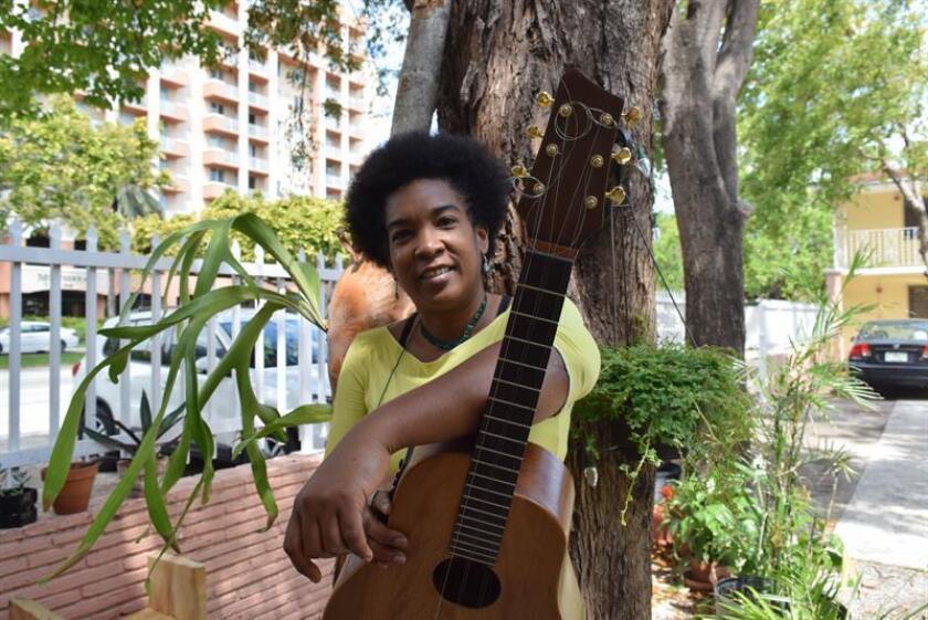 La reconocida tresera, compositora y cantante cubana Yusa, posa durante una entrevista con Efe este lunes, 5 de marzo de 2018, en Miami, Florida (EE.UU.). EFE
