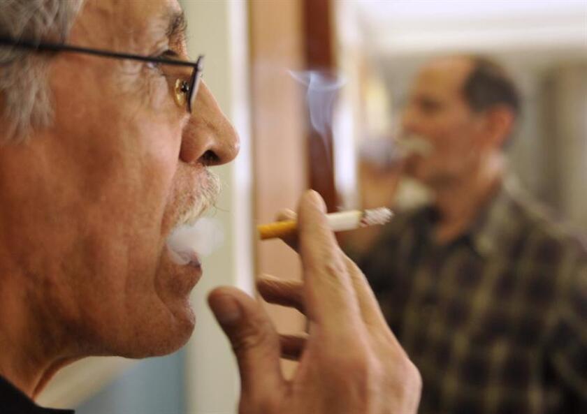 Fotografía de archivo del 30 de mayo de 2012, de un fumador en la Ciudad de México (México). Además del cáncer de próstata y de colon, el cáncer de pulmón es de las enfermedades oncológicas que primordialmente afectan al varón, señaló en un comunicado el neumólogo Rubén Santoyo Ayala. EFE/Archivo
