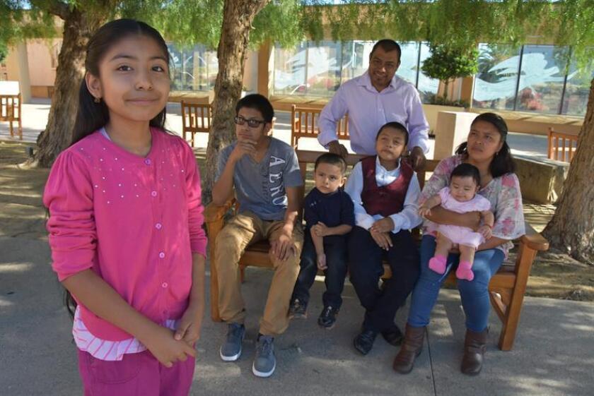Los integrantes de la familia Vargas Jersey Vargas (i) y (de izquierda a derecha) Mario Vargas (hijo), Seya Vargas, Yancy Vargas, Lola Vargas (madre) y sobre sus piernas Atena Vargas. EFE/Archivo