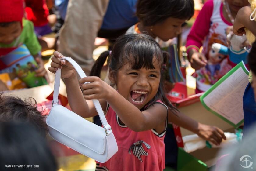 Menores de edad reciben regalos de navidad en Camboya.