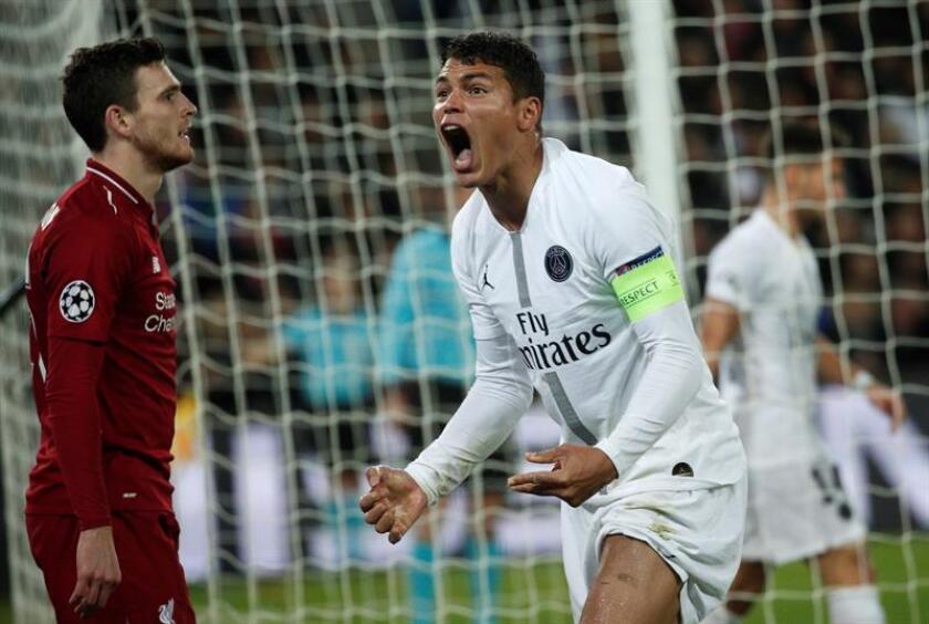 Thiago Silva (d) de Paris Saint Germain reacciona durante un partido de Liga de Campeones de la UEFA hoy, en el estadio Parc des Princes, en París (Francia). EFE