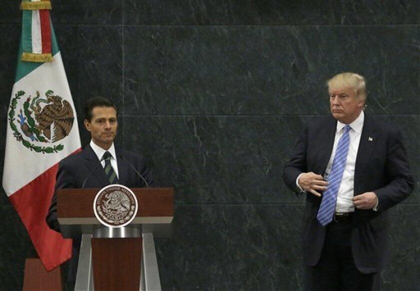 """Donald Trump declaró que el presidente mexicano Enrique Peña Nieto violó algunas """"reglas de juego"""" al admitir que ambos hablaron de quién pagaría por el muro que el candidato presidencial republicano desea levantar en la frontera entre ambos países, aunque agregó """"está ok""""."""