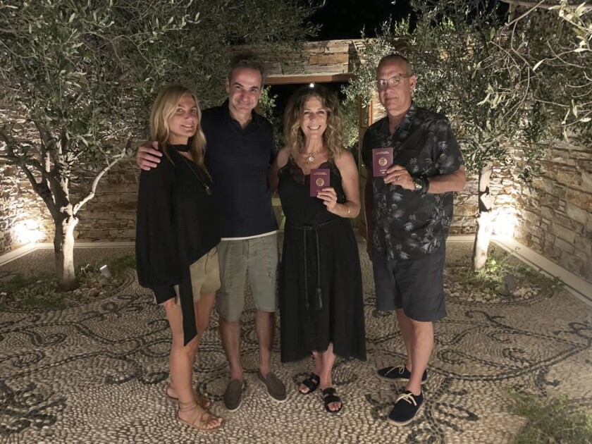 El primer ministro Kyriakos Mitstotakis y su esposa, Mareva Grabowski-Mitsotaki, Tom Hanks y su esposa