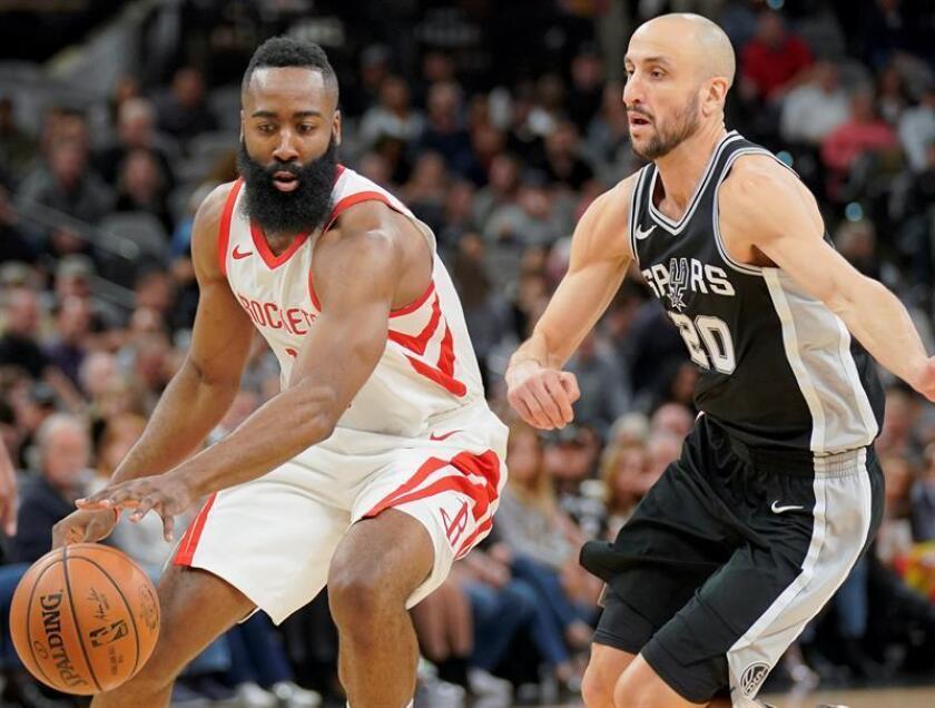 El jugador Manu Ginobili (d) de San Antonio Spurs en acción anteJames Harden de Houston Rockets durante un partido de la NBA, en San Antonio, Texas. EFE