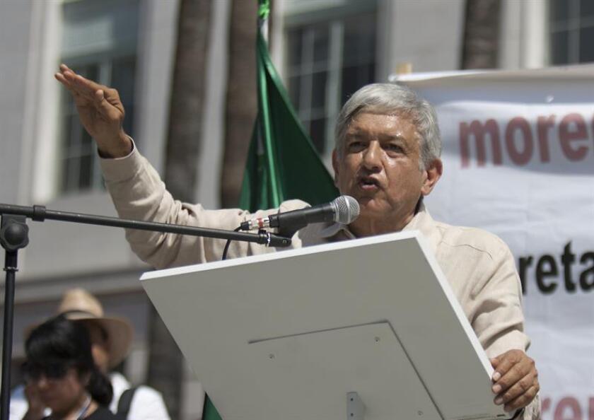 El dos veces candidato presidencial mexicano y líder del partido MORENA, Andrés Manuel López Obrador, habla en un mítin. EFE/Archivo