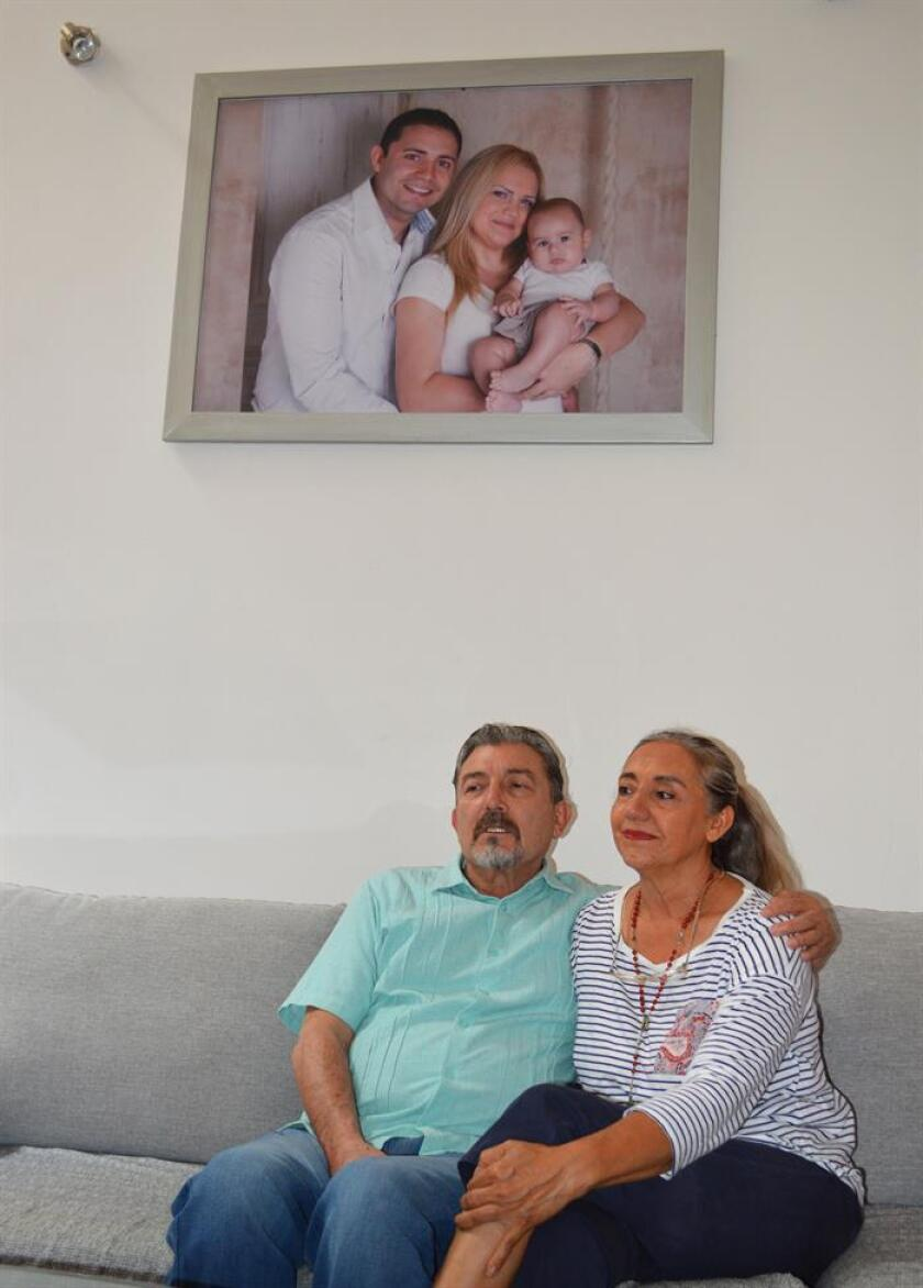 Fotografía del 23 de julio de 2018, que muestra a Jorge Fernández Villarreal (i) y a su esposa Adriana González (d), padres de Jorge Fernández, esposo de la española asesinada Pilar Garrido, durante una entrevista con Efe, en Ciudad Victoria Tamaulipas (México). EFE