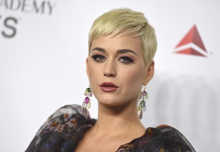 La cantante Katy Perry ha tenido que retirar del mercado una linea de zapatos considerada ofensiva.