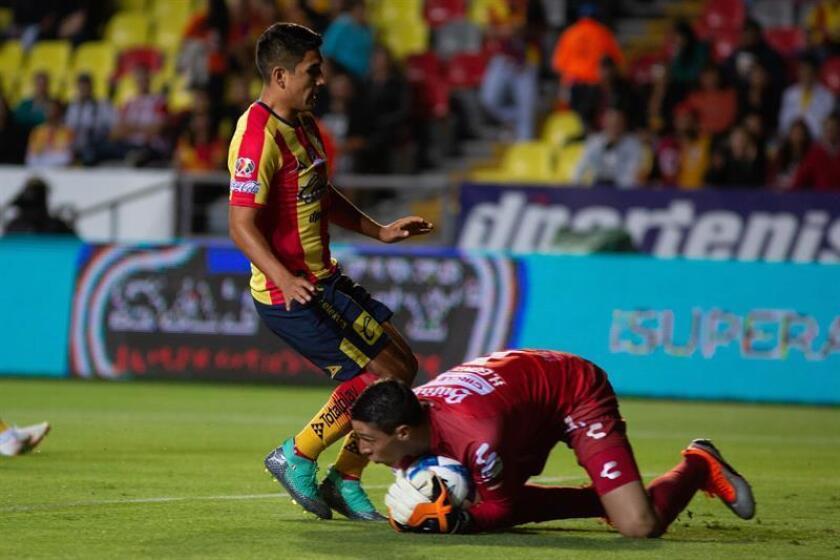 El guardameta Hugo González (abajo) de Necaxa atrapa el balón ante Irven Avila (i) de Morelia el pasado 10 de agosto. EFE