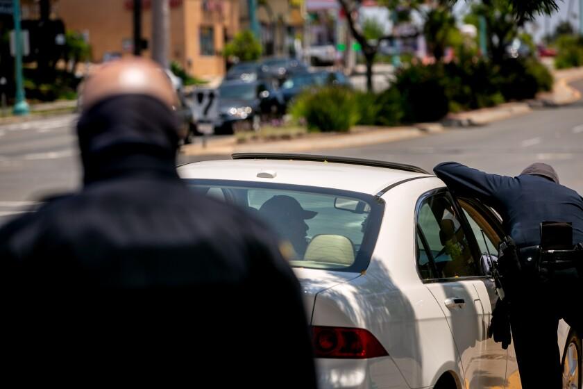 Agentes del Departamento de Policía de San Diego realizan una parada de tráfico