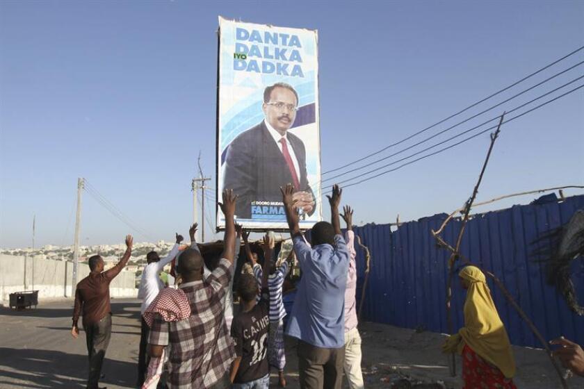 Simpatizantes del recién elegido presidente de Somalia, Mohamed Abdullahi Farmaajo, celebran la elección de político tras el recuento de votos celebrado en el Aeropuerto Internacional en Mogadiscio (Somalia) hoy, 09 de febrero de 2017. EFE