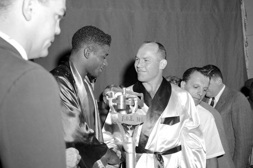 ARCHIVO - En esta foto del 22 de agosto de 1957, el campeón Floyd Patterson y el retador Pete Rademacher