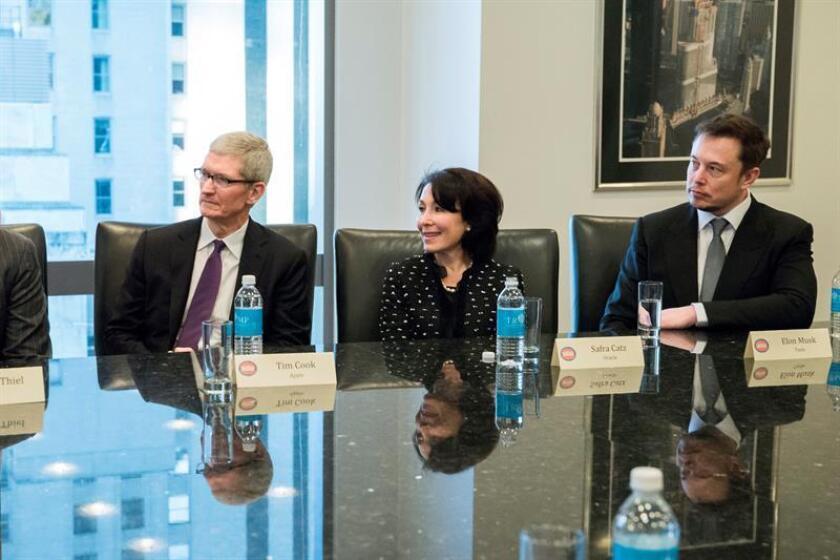 El CEO de Apple Tim Cook (i), la CEO de Oracle Safra Catz (c) y el CEO de Tesla Elon Musk (d) se reúnen con el presidente electo de Estados Unidos Donald Trump hoy, miércoles 14 de diciembre de 2016, en la Torre Trump, en Nueva York (Estados Unidos). EFE/ POOL