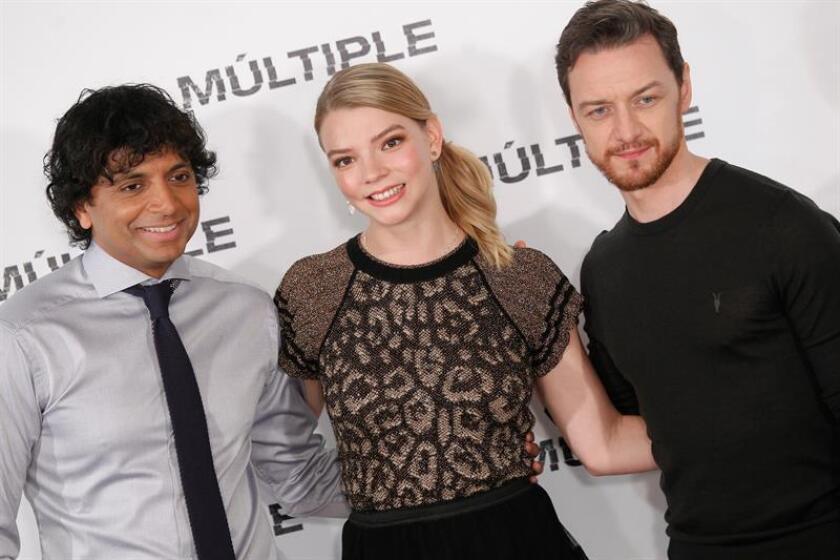 """El director indio Night Shyamalan (i) posa hoy junto a Anya Taylor Joy y James McAvoy, los protagonistas de """"Split"""". EFE/Archivo"""