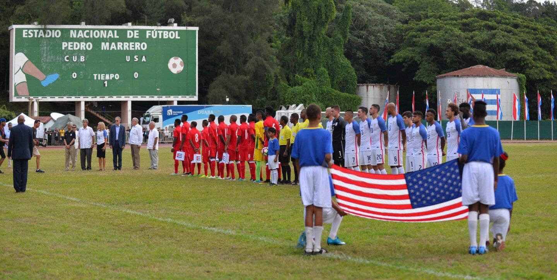 Niños portan la bandera de EEUU, durante la inauguración del partido amistoso de futbol entre Cuba y Estados Unidos, donde los visitantes ganaron 2-0, en el estadio Pedro Marrero, en La Habana.