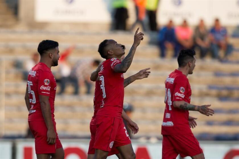 El jugador de Toluca Luis Quiñones (c) festeja una anotación ante Lobos Buap el sábado 31 de marzo de 2018, durante el juego correspondiente a la jornada 13 del torneo mexicano de fútbol, celebrado en el estadio Olímpico Universitario BUAP en la ciudad de Puebla (México). EFE