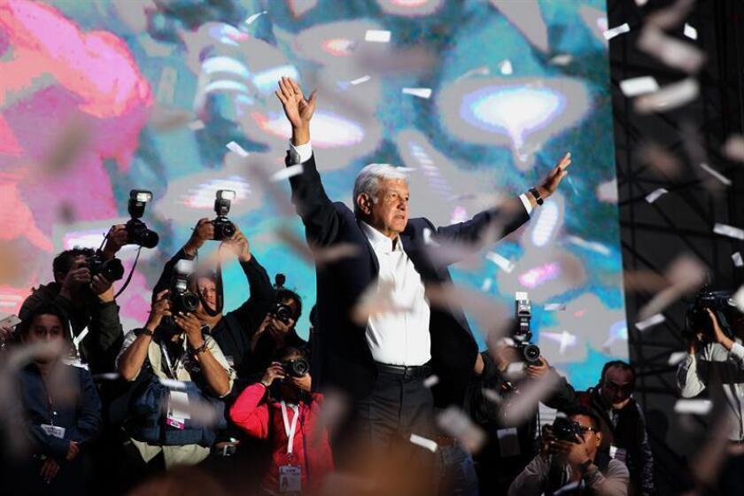 Cientos de simpatizantes del candidato izquierdista Andrés Manuel López Obrador, lo aclaman en su llegada a la Plaza de la Constitución de la Ciudad de México, tras conocer su triunfo en las elecciones celebradas este domingo en el país. EFE