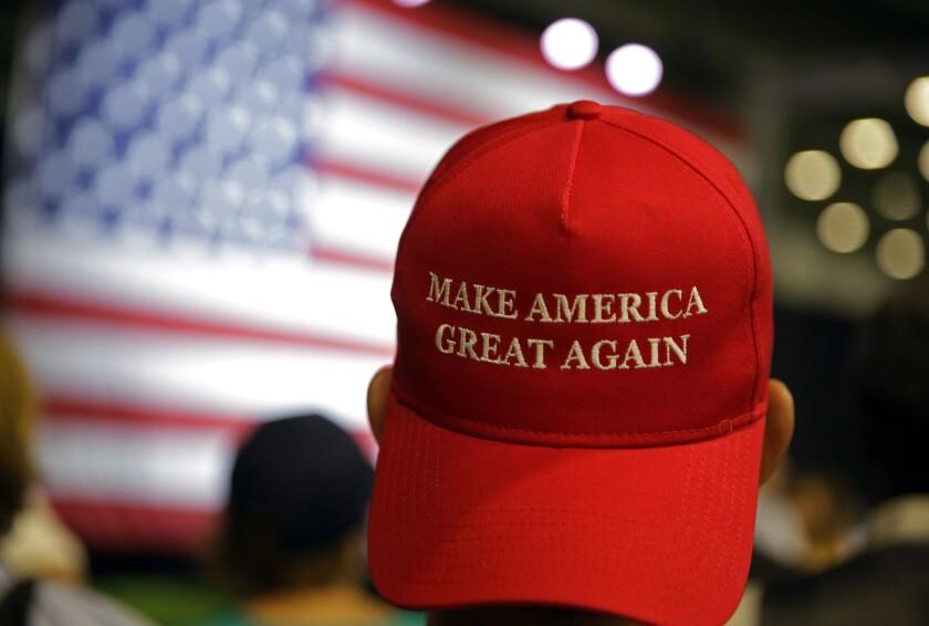 Partidarios del aspirante republicano a la presidencia Donald Trump espera a que comienza un mitin en Westfield, Indiana, el martes 12 de julio de 2016. (AP Foto/Michael Conroy)