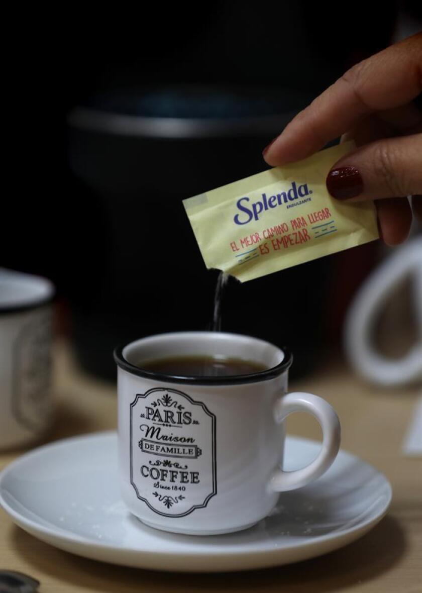 Una joven agrega a su café un endulcorante hoy, miércoles 14 de noviembre de 2018, en Ciudad de México. EFE