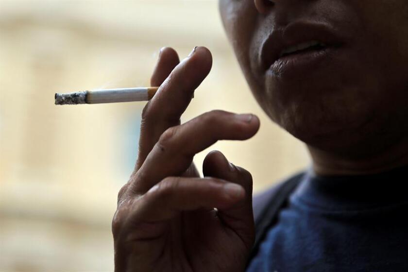 """Un hombre fuma un cigarro el jueves 31 de mayo de 2018, que se conmemora el """"Día mundial sin tabaco"""". EFE/Archivo"""
