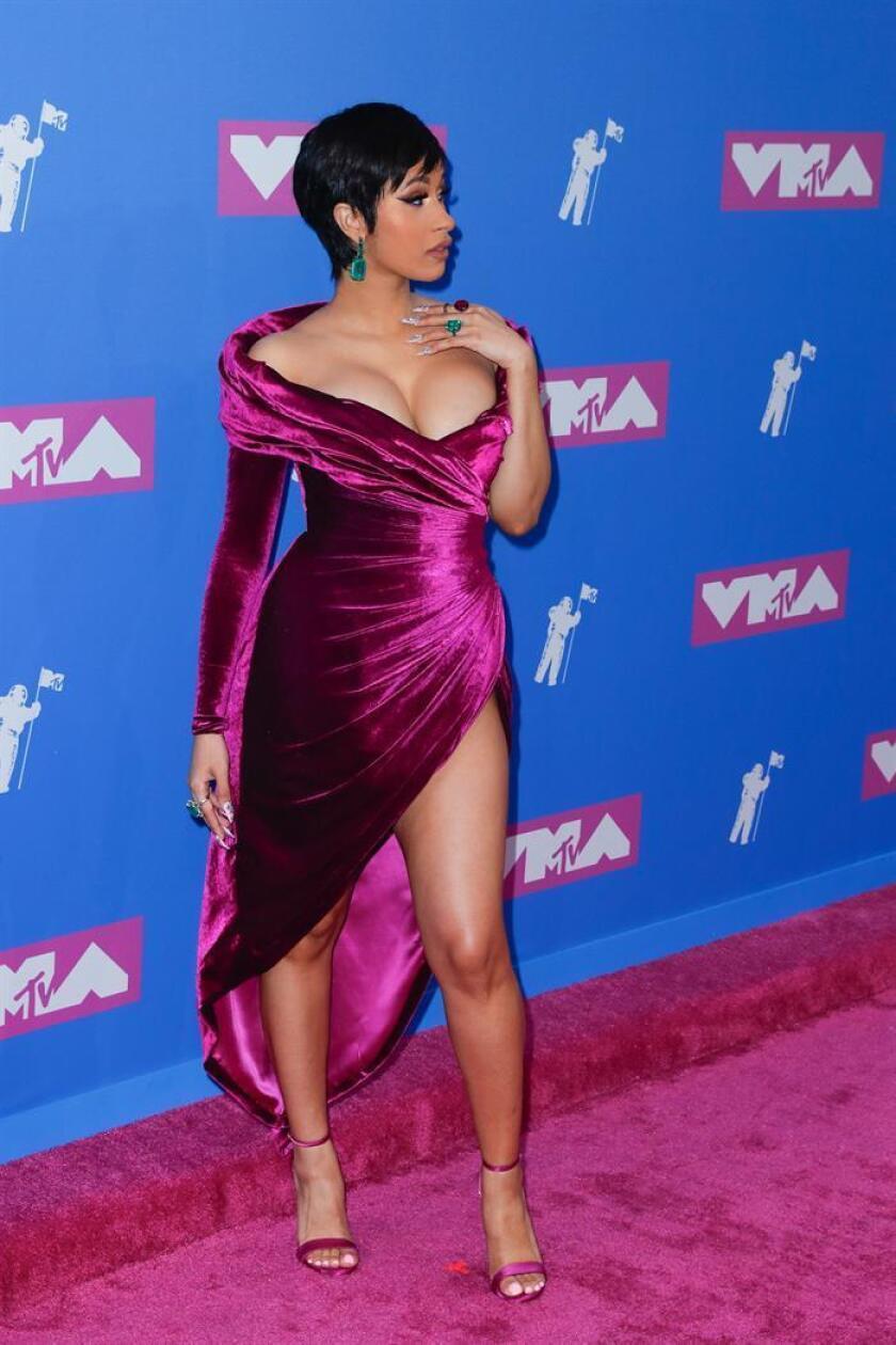 La rapera estadounidense Cardi B posa en la alfombra roja de los Premios MTV Video Music Awards 2018 en el Radio City Music Hall, en Nueva York (EE.UU.). EFE