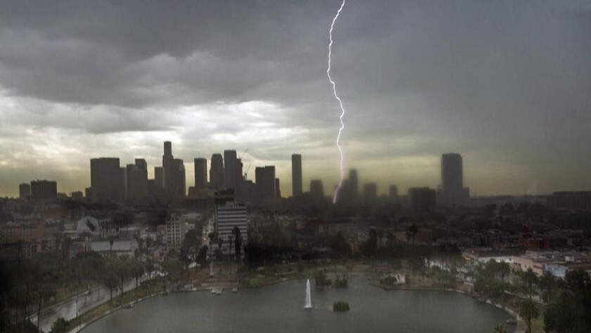 Un rayo divide el cielo sobre el centro de Los Ángeles el 18 de julio de 2015. En los próximos días podríamos tener más tormentas.