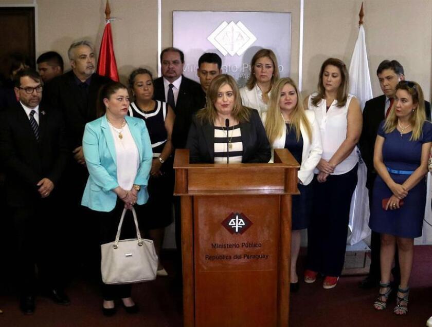 La fiscal general del Estado de Paraguay, Sandra Quiñónez (c), fue registrada este miércoles, durante una rueda de prensa en la sede de la Fiscalía General, en Asunción (Paraguay), donde dio a conocer la existencia de amenazas de muerte en su contra. EFE