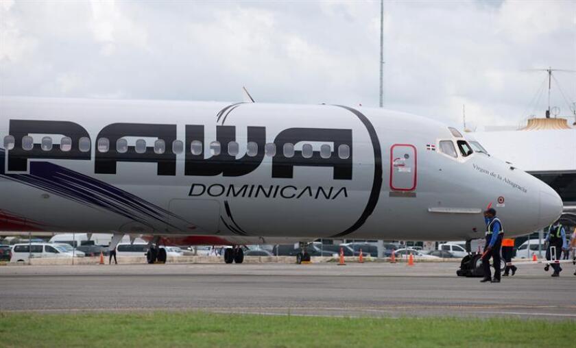 Un avión de la aerolínea Pawa Dominicana que viajaba hoy desde San Juan hacia República Dominicana tuvo que regresar al aeropuerto puertorriqueño luego de que ocurriera una explosión en uno de sus motores poco después de haber despegado, informaron fuentes oficiales. EFE/ARCHIVO