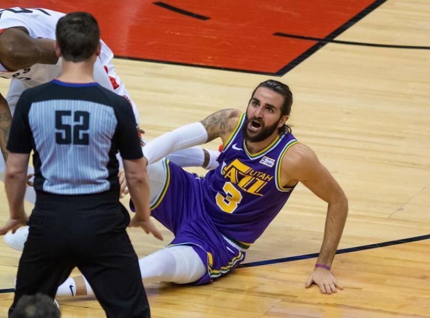 Ricky Rubio (d) de Utah Jazz reclama una falta en su partido de baloncesto de la NBA en Toronto, Canadá, el 1 de enero de 2019. EFE