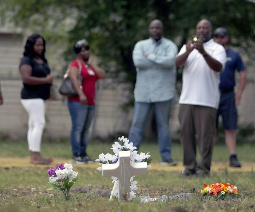 Fue declarado hoy nulo el juicio contra el exagente de policía Michael Slager, que mató a tiros a Walter Scott, un ciudadano afroamericano de Carolina del Sur, quien murió al ser disparado por la espalda en abril de 2015. En la imagen del 8 de abril del año pasado, un grupo de personas se reúne en el sitio donde Walter L. Scott, de 50 años, recibió los disparos. EFE/ARCHIVO