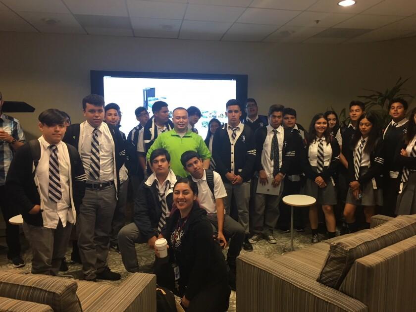Estudiantes de la escuela chárter Prepa Tec Los Angeles High School, ubicada en Huntington Park, recorrieron el centro tecnológico de Microsoft, en Irvine.