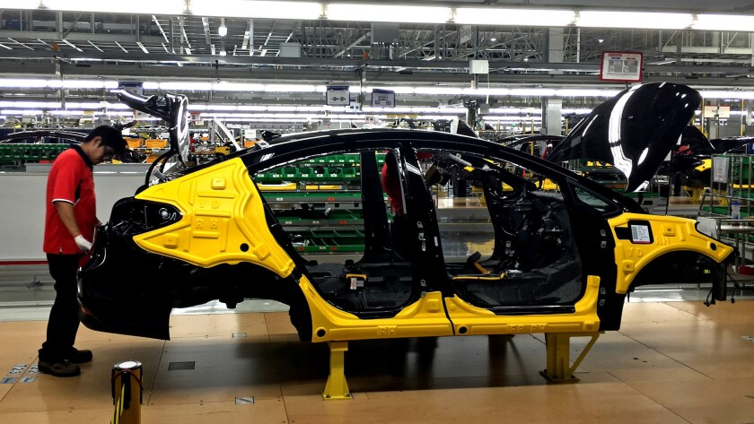 Trabajadores ensamblan el sedán Forte en una planta de Kia en Nuevo León, México, que comenzó a funcionar en mayo pasado (Natalie Kitroeff / Los Angeles Times).