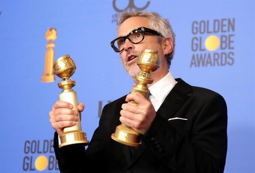 """El cineasta mexicano Alfonso Cuarón fue registrado este domingo al posar con los dos premios que le fueron otorgados en la gala 76 de los Globos de Oro, como mejor director y a la mejor película extranjera, por su filme """"Roma"""", en Beverly Hills (California, EE.UU.). EFE"""