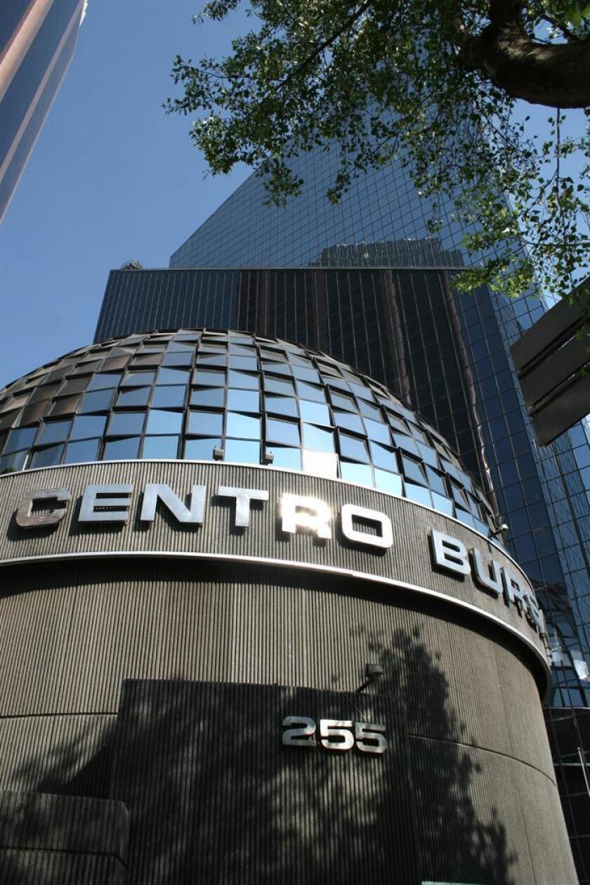 Vista del exterior de la Bolsa Mexicana de Valores en Ciudad de México. EFE/Archivo