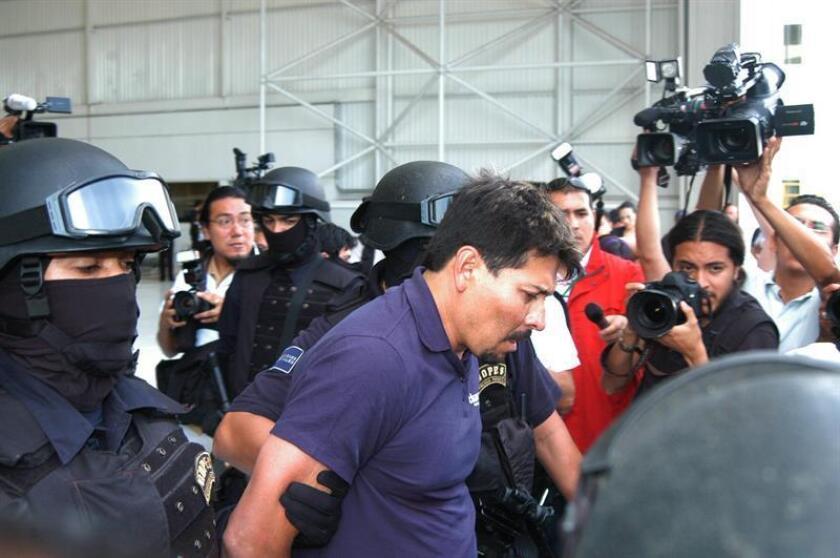 """La Policía Federal mexicana detuvo y presentó el pasado 11 de julio de 2009, a Arnoldo Rueda Medina, alias """"La Minsa"""", uno de los más importantes capos del cártel de La Familia Michoacana, encargado del acopio, trasiego y venta de droga. EFE/Archivo"""