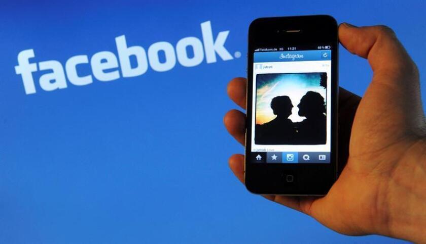 Facebook añadirá una señal a las noticias cuya veracidad esté en discusión para advertir a los usuarios de que pueden estar leyendo o compartiendo informaciones falsas. EFE/ARCHIVO